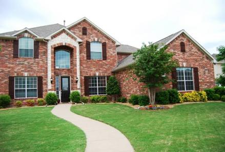 House in Murphy, Texas with manicured lawn